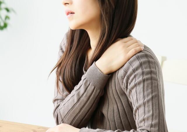 骨盤の歪みが肩こりや頭痛の原因になるって本当?